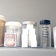 ストック収納/ホワイトインテリア/ボトル/換気扇/100均/ダイソー/... 左から 麦茶パック、ティーパック、メラニ…