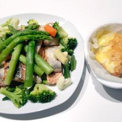 いんげん/カリフラワー/人参/冷凍野菜/ブロッコリー/アスパラガス/... 左 鮭のムニエル温野菜のせ 右 鮭のマヨ…
