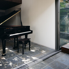 モダン/シンプル/ナチュラル/スタイリッシュ/デザイン/デザイナー/... 玄関ホールと連続した庭にはデッキで作られ…