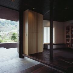 モダン/和風/和モダン/シンプル/ナチュラル/スタイリッシュ/... 玄関扉を壁内に引き込むとアプローチと連続…