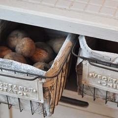 セリア/アイアン/かご/100均/野菜ストック/フレンチシャビー セリア、アイアンのかごを野菜ストック入れ…