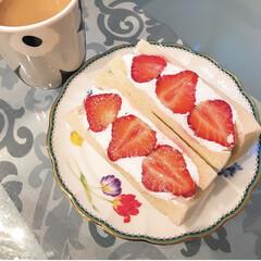 お茶/ケーキ皿/いちご/フルーツサンド/オウチカフェ/食器/... 子供が買ってきてくれたフルーツサンド🍓 …