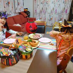 我が家のテーブル 子ども二人でハロウィンパーティーの夕飯で…(1枚目)