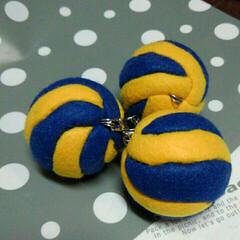 マスコット/バレーボール /縫わない ボンドをつけて 押し込むだけ/100均/ダイソー/ハンドメイド 発泡パーツ【ボール50】 を使って 切り…