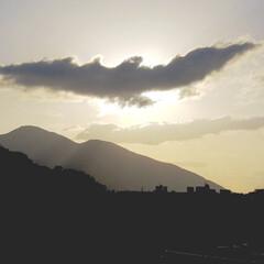 雲/空/朝陽/日の出/フォロー大歓迎 朝8時。  家の二階から見た空 。 この…