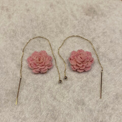ピアス/編み物/花/ハンドメイド/ファッション/わたしの手作り ダリアを編んで、着色。 ピアスに。 ちょ…