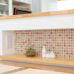 キッチンカウンター/キッチンリフォーム/かわいいキッチン/おしゃれなキッチン/ニッチ/飾り棚/... キッチンカウンターにニッチを造作。 モザ…