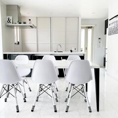DSWシェルチェア 623 ホワイト ブラック ピンク レッド PP-623 イームズチェア DSW チャールズ&レイ・イームズ(パーソナルチェア)を使ったクチコミ「ダイニングテーブル✨ 新居に入居して4年…」