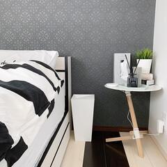 ベッドサイド/モノトーンインテリア/サイドテーブル/duende/寝室/ベッドルーム/... こちらは別角度から見たベッドサイド🛏❤️…