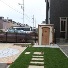 デザイン物置/カンナキュート/天然芝 リビングからの眺めを考えて天然芝を部分的…