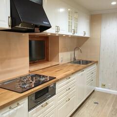 IKEAキッチン/ナチュラルなキッチン/北欧風キッチン/白い扉/集成材カウンタートップ カウンタートップには無垢のバーチ材、キッ…