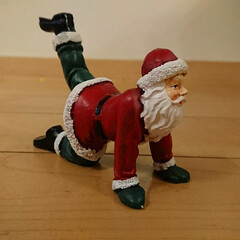 ヨガ/サンタクロース/クリスマス ヨガのポーズをするサンタクロースの置物💕(1枚目)