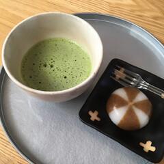 日曜日の午後/べこ餅/和/今日のおやつ/お抹茶碗/お抹茶 今日のおやつはお抹茶とべこ餅。 作法は省…