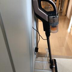 東芝 スティック&ハンディクリーナー グランブロンズ TOSHIBA TORNEO V cordless V(ハンディークリーナー)を使ったクチコミ「我が家の掃除機収納。 すぐに使えるように…」