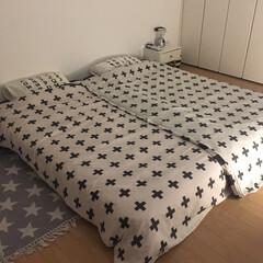 ベッド周り/クロス柄/モノトーンインテリア/ニトリの布団カバー/寝室/インテリア/... 就寝前の寝室。 早起きできない娘のことを…