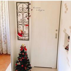 クリスマス/クリスマスツリー/ツリー/玄関/フレンチナチュラル/フェンス/... 玄関です* アイアンフェンスには子供たち…