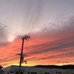 夕日/夕焼け/風景/暮らし/フォロー大歓迎 数日前の夕日。。  雲の模様と赤いグラデ…