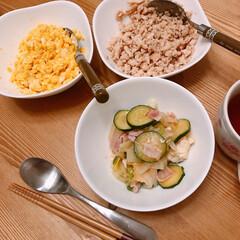 ズッキーニ/野菜炒め/そぼろ丼/LIMIAごはんクラブ/フォロー大歓迎/わたしのごはん/... 昨日の夜ごはん♪ そぼろ&卵丼に野菜炒め…