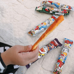 おかし/うまい棒/お菓子/オススメ/食べ方/おすすめ 手のひらで袋の上から押し付けたうまい棒♪…
