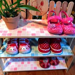 タイルシール/小さな靴収納/子供靴/セリア/100均/DIY/... 孫達が来ると玄関に小さな靴がたくさん並び…(1枚目)