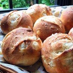手作りパン/わたしのごはん #新玉ねぎのパン 生の玉ねぎをブラックペ…