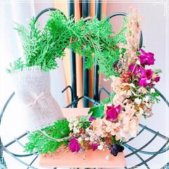 100均大好き❤/ベランダのお花のドライ/プチプラリース/アレンジフラワー再利用/手作りリース/フォロー大歓迎/... いただいた生花アレンジに入っていた葉っぱ…