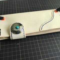 ハンドメイド/革/財布/ウォレット/レザークラフト 接着中。 あとは角を落として周囲を塗って…