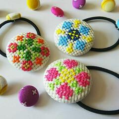 カラフル/くるみボタン/春色/刺繍/クロスステッチ/ヘアゴム/... 私が唯一できる刺繍小物w クロスステッチ…