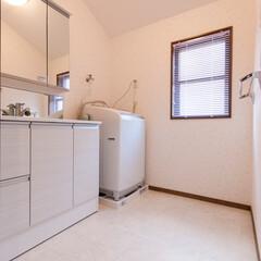 洗面室/洗面化粧台 ラベンダー色のクロスと大理石調のフロアタ…
