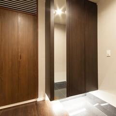 リフォーム/リノベーション/玄関/間接照明/シューズボックス 光沢感のあるタイル張りの玄関土間とシック…