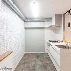 キッチン/インダストリアル/対面キッチン/オープンキッチン/サブウェイタイル/コンクリート現し/... 対面オープンなキッチンスペースは、壁のサ…(1枚目)