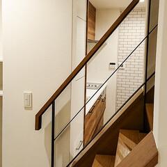 階段/リビング 階段部分の壁を抜いたことでリビングからキ…