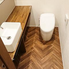 トイレ/床/フローリング/ヘリンボーン 1階に新設したトイレは床をヘリンボーン張…