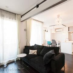 リフォーム/リノベーション/住まい/建築/リビング/フレンチモダン/... 白を基調とした明るい空間と床のダークな色…