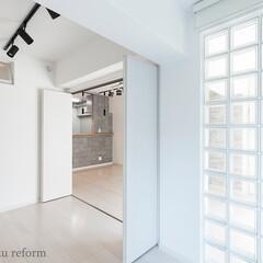 ガラスブロック/室内窓/寝室/洋室/採光確保/リフォーム/... 窓の小さいお部屋だったので、リビングと寝…