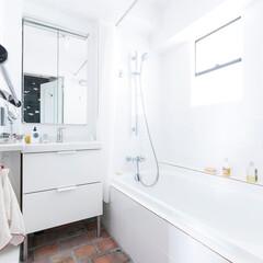 バスルーム/洗面室/バスタブ/レンガ/タイル/住まい/... バスルームは浴槽と洗面を一つの空間にまと…