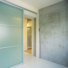 寝室/クールモダン/コンクリート現し/アクリルドア リビング部分と同テイストで仕上げたクール…