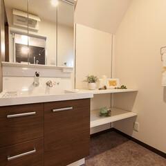 洗面室/デッドスペース/収納/棚 階段裏に位置する洗面室は天井の一部が傾斜…