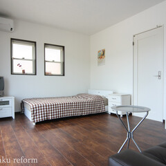ベッドルーム/寝室/無垢フローリング/オーク材 白い壁とオーク材のフローリングが可愛らし…