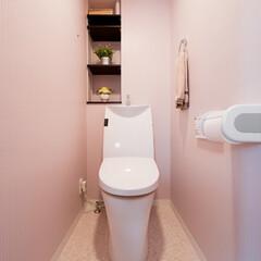 トイレ/壁紙 淡いパープルの壁紙が上品な印象のトイレ。…