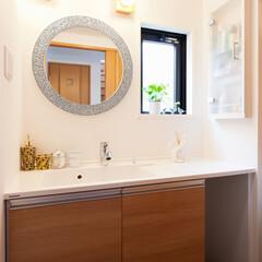 洗面台 ナチュラルで明るい洗面室。洗面カウンター…
