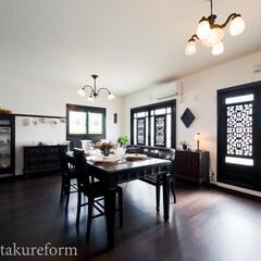 アンティーク家具/リビング 白い壁と濃茶の床や建具、アンティーク家具…