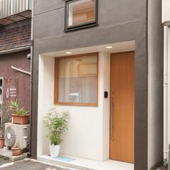 外壁/玄関/エントランス/戸建て/モダン 内装に合わせて外装も一新。一階は入口を日…