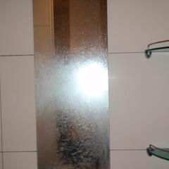 浴室鏡 石鹸カスやカルキでうろこ状に汚れて、見に…