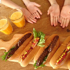 オレンジジュース/イシイのハンバーグ/ホットドック/カッティングボード/DEAN&DELUCA/朝ごパン/... 双子が朝ごはん作ってくれました(^^) …