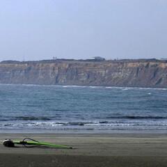 海/ウインドサーフィン/屏風ヶ浦/千葉県/銚子市/千葉/... 主はどこに? 砂浜に横たわるウィンドサー…