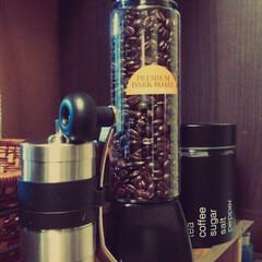 ウォーターボトル/スタイリッシュなキャンディポット/コーヒーミル/DIY/100均/インテリア 手前にあるコーヒーミルと豆を頂いちゃった…