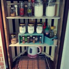 1×4/すのこ/DIY/セリア/キッチン/鮭フレークの空き瓶たち キッチンの三角出窓に棚を作りました!一番…