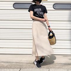 ロゴT/カゴバッグ/スニーカー/スカートコーデ/ナイキ/ムーニュ/... シンプルなベージュのスカートをブラック合…