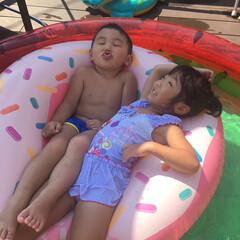 ブルー 姉弟仲良くプール遊び